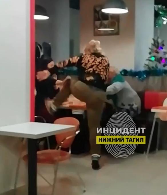 В Нижнем Тагиле пенсионерка и многодетная мать подрались в пиццерии из-за шумных детей (ВИДЕО)