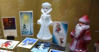 Выставка новогодних игрушек, открыток и книг