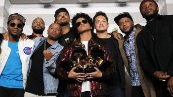 Бруно Марс собрал калейдоскоп статуэток Grammy