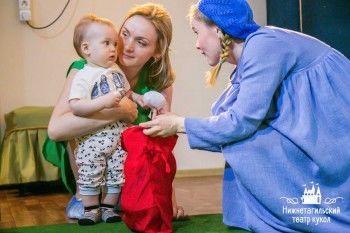 «Теперь с маленьким ребёнком можно не только в песочнице сидеть». Первый бэби-спектакль Театра кукол собрал аншлаг