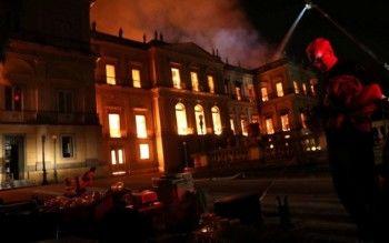 В Рио-де-Жанейро сгорел музей, в котором хранились кости динозавров, мумии и один из древнейших скелетов человека