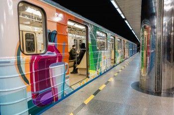 Уральский граффитист разрисовал вагон екатеринбургского метро, чтобы пассажиры почувствовали себя как дома