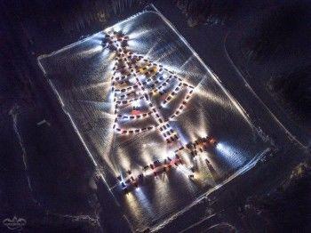 Тагильские водители построили новогоднюю ёлку из своих автомобилей (ВИДЕО)