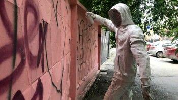 В Екатеринбурге появился памятник уличному художнику