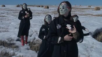Художница Алиса Горшенина оплатит дорогу водителям, которые возьмут попутчиков на её выставку в деревне Якшина