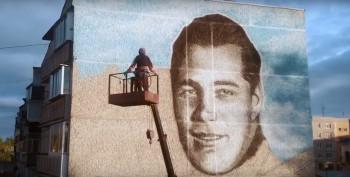 Уральский художник выложил в Сеть видео создания пятиметрового граффити в Серове