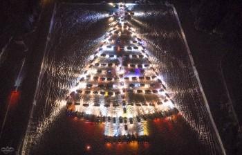 На горе Долгой зажглась новогодняя ёлка из 230 автомобилей (ВИДЕО)