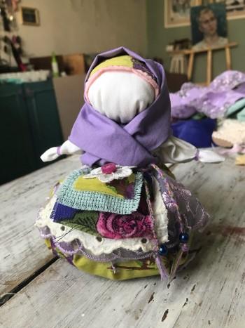 Создаём талисман для хорошего лета: мастер-класс от тагильской художницы по изготовлению народной куклы «Кубышка Травница»