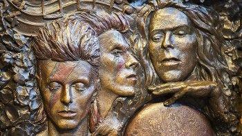 Памятник Дэвиду Боуи появился в Великобритании