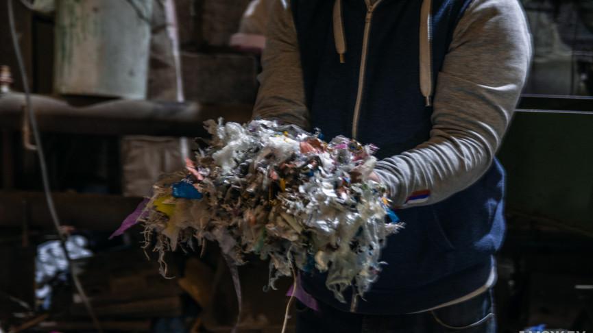 «Друзья смеялись, зачем мы в мусоре копаемся». Два жителя Нижнего Тагила научились превращать все виды пластика в долговечную тротуарную плитку