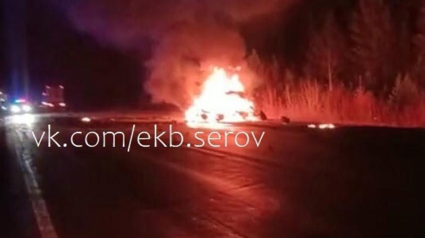 На Серовском тракте автомобиль врезался в грузовик, два человека сгорели заживо (ВИДЕО)