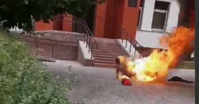 В Беларуси мужчина поджёг себя у здания милиции