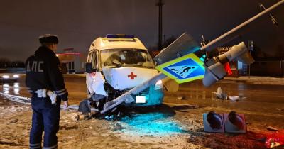 В Нижнем Тагиле машина скорой помощи врезалась в светофор. Пострадали два пациента