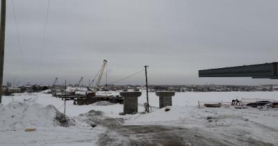 Строители путепровода через Тагильский пруд начали соединять опоры пролётными строениями