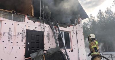 В Свердловской области при тушении частного дома на пожарного обрушилась стена. Мужчина погиб