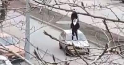 В Нижнем Тагиле тиктокеры устроили заезд на крыше автомобиля (ВИДЕО)