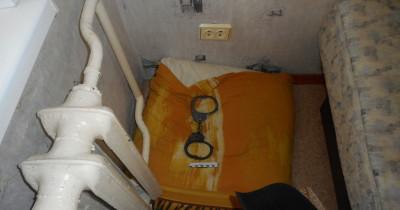 В Нижнем Тагиле двое мужчин избили соседа и приковали его наручниками к батарее