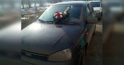 В Уфе коллекторы пробили топором лобовое стекло автомобиля должника и повесили на него похоронный венок