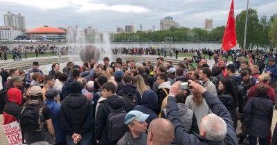 На площади у Театра драмы появились Ройзман, Альшевских и Высокинский (ВИДЕО)