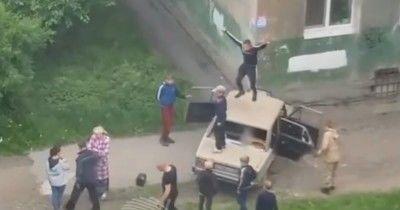 Тагильский треш: подростки въехали в жилой дом и разломали автомобиль на глазах у полиции (ВИДЕО)