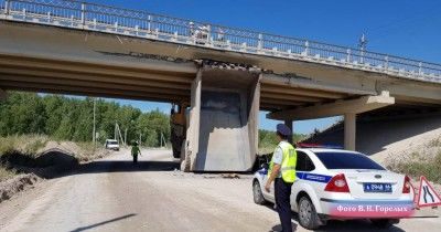 На трассе Сухой Лог — Богданович БелАЗ протаранил мост