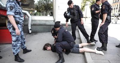 Суд оштрафовал на 10 тысяч рублей дизайнера, которому полицейские сломали ногу перед акцией 27 июля