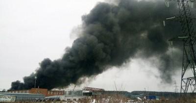 При пожаре на лакокрасочном заводе в Екатеринбурге произошёл взрыв (ВИДЕО)