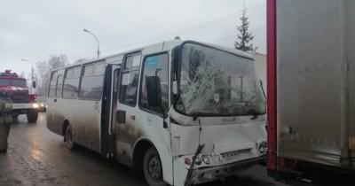 Под Екатеринбургом пассажирский автобус врезался в грузовик, есть пострадавшие