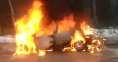 Под Нижним Тагилом автомобиль загорелся после лобового ДТП. Водитель госпитализирован с ожогами 50% тела (ВИДЕО)