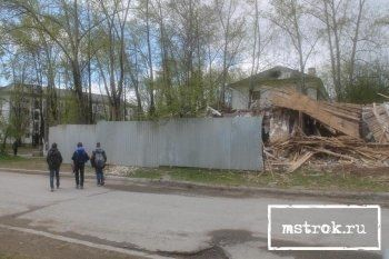 Мэрия Нижнего Тагила незаконно снесла аварийный дом возле школы и «прикрыла» руины перед 9 мая. «С улицы – забор, с другой стороны – дети играют»