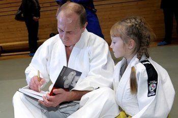 В Российские школы поступит 7 миллионов учебников Путина про дзюдо