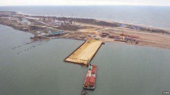 Турецкое судно врезалось в строящийся мост в Керченском проливе