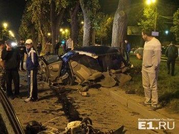 В Екатеринбурге после столкновения с деревом пассажир иномарки вылетел под колёса другого автомобиля (ФОТО)