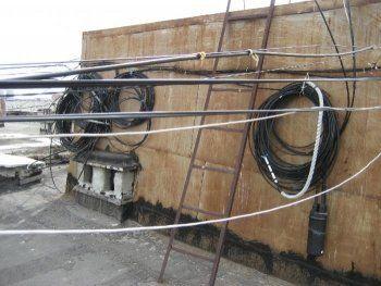 В Нижнем Тагиле эвакуатор повредил кабель на жилом доме и уехал с места ДТП. «Водителю грозит лишение прав»