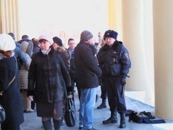 В Нижнем Тагиле из-за подозрительной сумки у драмтеатра эвакуированы десятки людей и едва не сорвался спектакль (ФОТО)