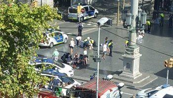 В центре Барселоны фургон врезался в пешеходов