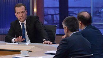 Премьер-министр Дмитрий Медведев дал интервью российским телеканалам. Главное