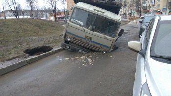 В Ижевске из-за прорыва теплотрассы КамАЗ и вытаскивавший его кран провалились в ямы