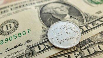 Курс доллара на Московской бирже упал ниже 57 рублей