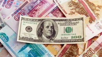 Доллар снижается более чем на два рубля, евро - на три