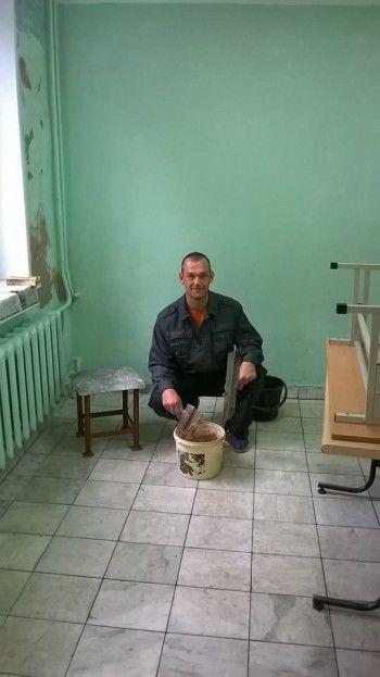 Тагильский депутат ломает стереотипы. Взял инструмент и лично пошёл ремонтировать школу
