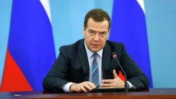 Медведев потребовал от министров периодически летать в Крым