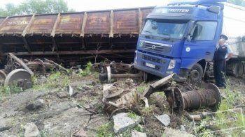 В Нижнем Тагиле поезд протаранил фуру с металлом (ФОТО)