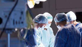 В Свердловской области врачи оставили кусок перчатки в животе женщины