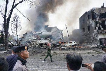 На отель в Индонезии упал военный самолёт