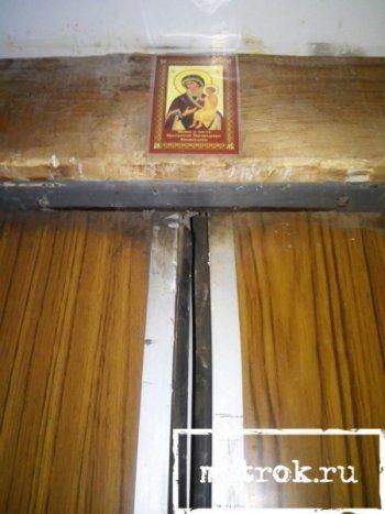 Жители Нижнего Тагила вешают на аварийные лифты иконы и копят деньги на новые. Десятки аварийных подъёмников на ГГМ подлежат срочной консервации