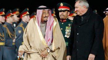 Во время выхода короля Саудовской Аравии из самолёта во Внуково сломался трап (ВИДЕО)