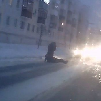 «Сами виноваты». В центре Нижнего Тагила легковушка сбила двух пешеходов (ВИДЕО)