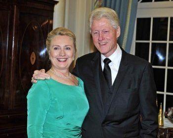 Российские СМИ вывели фейк о разводе Клинтон в топ новостей