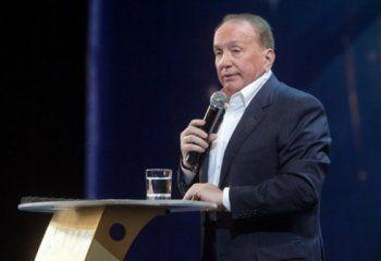 Евгений Куйвашев наградил президента КВН Александра Маслякова знаком отличия «За заслуги перед Свердловской областью»